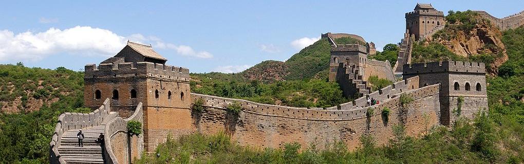 Великая Китайская стена — один из крупнейших и древнейших памятников архитектуры в мире, была построена в IV-III вв. до н.э. для защиты государства от набегов кочевников. Длина стены от края до края — 2500 километров.